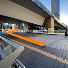 ④歩道橋を登ったら、左に曲がり、その次に右に曲がります