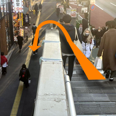 ④正面に楽器ショップが見える階段を降り、左手に進みます