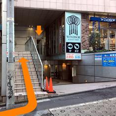 ⑨坂を登った先の左手、1Fにテニスショップが入ったビルの3階が渋谷校です