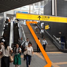 ①横浜駅きた東口Aを階段、またはエスカレーターで地上へあがり、右手に進みます。